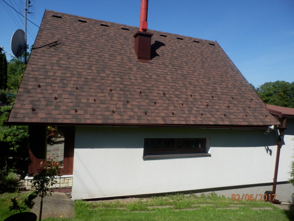 rekonstruovana-strecha-sindelem-IKO-Cambridge-dual-brown-pohled-bocni